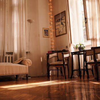 Do jakiego pomieszczenia postarzałe drewniane deski?