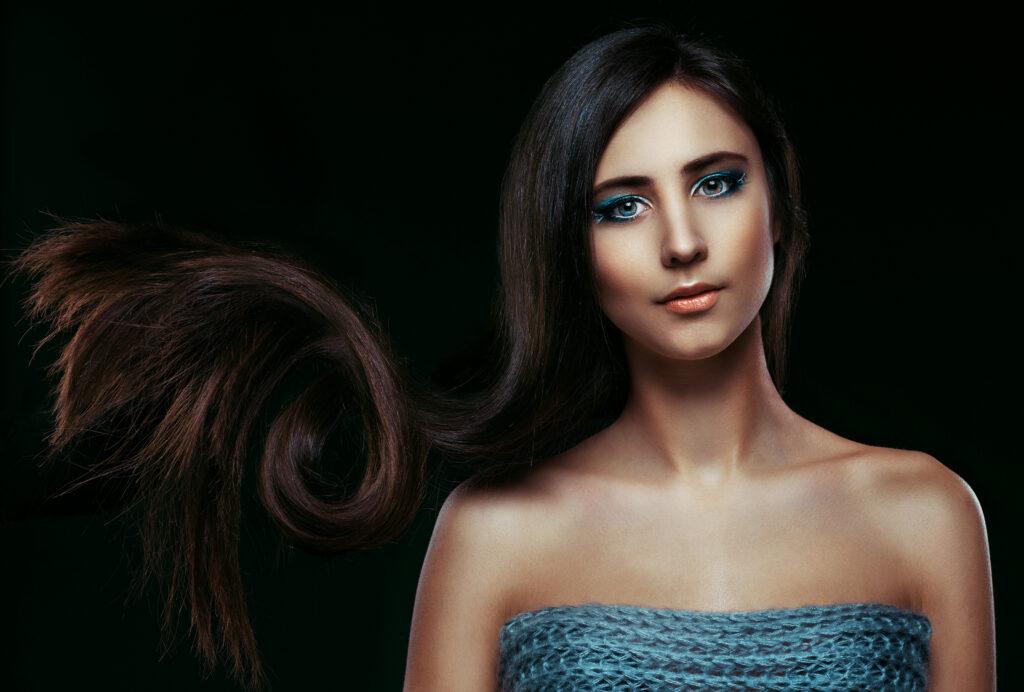 długie, brązowe włosy